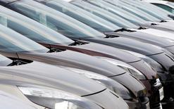 Les immatriculations de voitures neuves ont augmenté de 12,5% à 183.726 voitures en données brutes le mois dernier en France par rapport à décembre 2014, permettant au marché automobile français de signer sa première véritable hausse annuelle depuis quatre ans.  /Photo d'archives/REUTERS/Régis Duvignau