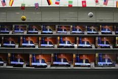 La cadena principal del grupo de medios Mediaset se situó en 2015 como la más vista por los españoles, con una cuota de pantalla media acumulada del 14,8 por ciento, por delante del 13,4 por ciento de Antena 3 o del 9,8 por ciento de la pública La1, según un informe de la consultora de medios Barlovento. En la imagen se muestran varias televisiones con el rey emérito Juan Carlos ofreciendo un comunicado televisado en Siero, al norte de España, en esta imagen de archivo tomada el 2 de junio de 2014. REUTERS/Eloy Alonso