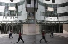 Un groupe de hackers, qui dit lutter contre les djihadistes de l'Etat islamique, a revendiqué le piratage ayant entraîné jeudi une panne de plusieurs heures sur le site internet de la BBC, en expliquant qu'il s'agissait d'un essai destiné à vérifier ses propres capacités opérationnelles. /Photo prise le 16 juillet 2015/REUTERS/Peter Nicholls