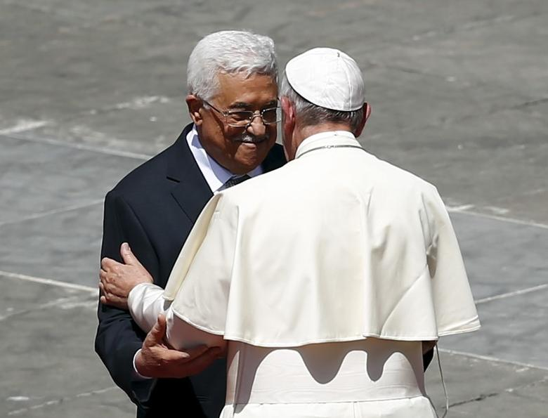 Pope Francis (R) embraces Palestinian President Mahmoud Abbas at the end of the ceremony for the canonisation of four nuns at Saint Peter's square in the Vatican City, May 17, 2015.    REUTERS/Tony Gentile