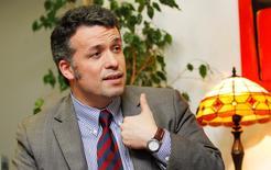 En la imagen de archivo, el presidente del directorio de la minera estatal chilena Codelco, Óscar Landerretche, gesticula durante una entrevista con Reuters en Santiago, el 11 de junio de 2014. Codelco, la mayor productora mundial de cobre, habría obtenido ganancias antes de impuestos por unos 1.200 millones de dólares en 2015, un monto que sería similar para este año, dijo Landerretche en una entrevista con el diario La Tercera.  REUTERS/Eliseo Fernandez (CHILE - Tags: BUSINESS ENERGY POLITICS COMMODITIES) - RTR3TB6M
