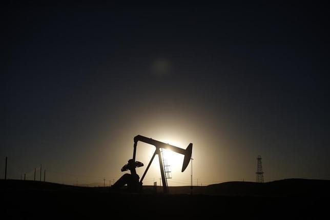 12月30日、2016年の正確な価格を予想するのは不可能だ。それでも市場は、原油が過去10年の中間値に戻り、1バレル80ドルを上回る可能性を示唆している。写真は採油ポンプ。米カリフォルニア州で2014年10月撮影(2015年 ロイター/Lucy Nicholson)