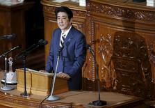 """Le Premier ministre japonais Shinzo Abe a annoncé lundi que le Japon n'était plus en déflation et promis que le gouvernement et la banque centrale travailleraient ensemble pour la supprimer totalement. """"L'économie est fermement sur la voie de la reprise"""", a-t-il dit. /Photo prise le 4 janvier 2016/REUTERS/Toru Hanai"""