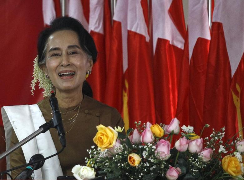 Myanmar pro-democracy leader Aung San Suu Kyi gives a speech to mark 68th Myanmar Independence Day at National League for Democracy (NLD) party head office in Yangon January 4, 2016. REUTERS/Soe Zeya Tun