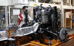 El sector manufacturero español mantuvo un ritmo estable de crecimiento en el último mes de 2015, mostró el lunes un sondeo, con lo que supera dos años seguidos de una expansión impulsada por una sólida producción y nuevos pedidos. En la imagen de archivo, un trabajdor de la fábrica de SEAT en Martorell, Barcelona. REUTERS/Gustau Nacarino