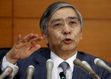 El gobernador del Banco de Japón Haruhiko Kuroda habla durante una conferencia de prensa en la sede del organismo en Tokio, Japón, 18 de diciembre de 2015. Las autoridades económicas y políticas de Japón anunciaron el lunes su determinación a impulsar los precios al consumidor en 2016, una iniciativa que podría alentar las expectativas de nuevos estímulos monetarios para cumplir con la meta del banco central de una inflación del 2 por ciento. REUTERS/Toru Hanai/Files