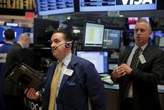 Operadores trabajando en la Bolsa de Nueva York, 31 de diciembre de 2015. Los índices bursátiles estadounidenses perdían cerca de un 2 por ciento el lunes, el primer día de operaciones del año, después de que los débiles datos económicos de China reavivaron los temores a una desaceleración global. REUTERS/Lucas Jackson