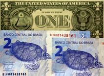 Notas de real e dólar vistas em São Paulo.   22/09/2015    REUTERS/Paulo Whitaker