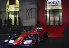 Las acciones europeas cayeron con fuerza el lunes, en su primera sesión del año, ya que losdébiles datos de China pesaron sobre los mercados bursátiles del mundo. Un vehículo de Fórmula Uno de Ferrari se sitúa en frente de la Bolsa de Milán, el 4 de enero de 2016. REUTERS/Stefano Rellandini