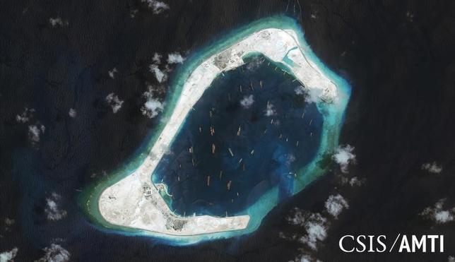 1月5日、中国が南シナ海の南沙(英語名スプラトリー)諸島の人工島に建設した滑走路に航空機を着陸させたことについて、海外当局者やアナリストは、中国が同地域で建設を進めている施設が予定通り完成していることを示し、今後、軍機の飛行が行われることは避けられないと指摘した。写真は中国が人工島を造成したスプラトリー諸島スビ礁の衛星写真。昨年9月撮影。提供写真(2016年 ロイター/CSIS Asia Maritime Transparency Initiative/DigitalGlobe)