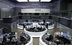 Las bolsas europeas abrieron el martes en terreno positivo gracias a las ganancias de las empresas siderúrgicas y de las compañías de telecomunicaciones tras una estabilización en los mercados chinos. En la foto, operadores en la bolsa de Fráncfort el 4 de enero de 2016. REUTERS/Staff/remote