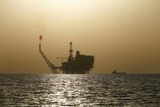 Los precios del petróleo caían el martes en medio de preocupaciones sobre el ritmo de crecimiento económico en China y la fortaleza del dólar, cediendo parte de las ganancias obtenidas por una escalada de las tensiones en Oriente Próximo. En la imagen, una plataforma petrolera en frente a la costa de Libia, el 3 de agosto de 2015. REUTERS/Darrin Zammit Lupi