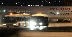 Самолет Pegasus Airlines в аэропорту Анкары 10 апреля 2007 года. Бюджетный турецкий авиаперевозчик Pegasus Airlines приостановил полеты в Россию и из России до 13 января после того, как власти РФ не смогли выдать визы экипажам авиакомпании. REUTERS/Umit Bektas