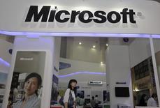 """Microsoft est l'une des valeurs à suivre à Wall Street après que la Chine a demandé au groupe informatique de s'expliquer sur des """"problèmes majeurs"""" ayant été mis en évidence lors de l'analyse de données numériques saisies dans le cadre de l'enquête antitrust ouverte il y a un an à son encontre. /Photo d'archives/REUTERS"""