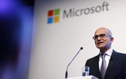 """Satya Nadella, le directeur général de Microsoft, dont le groupe est à suivre mardi sur les marchés américains. La Chine a demandé au géant américain du logiciel de s'expliquer sur des """"problèmes majeurs"""" ayant été mis en évidence lors de l'analyse de données numériques saisies dans le cadre de l'enquête antitrust ouverte il y a un an à son encontre. /Photo prise le 11 novembre 2015/REUTERS/Hannibal Hanschke"""