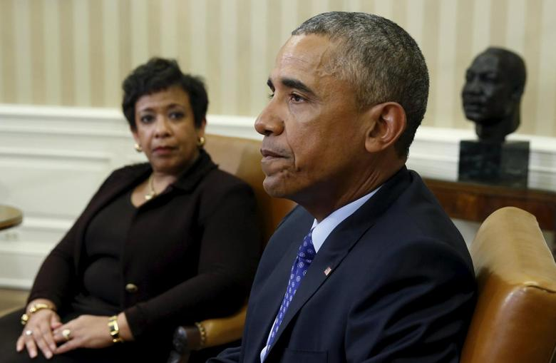 U.S. Attorney General Loretta Lynch (L) looks toward U.S. President Barack Obama during a meeting with other top law enforcement officials to discuss what executive actions he can take to curb gun violence, in the Oval Office of the White House in Washington January 4, 2016. REUTERS/Kevin Lamarque