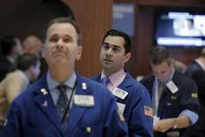 Operadores trabajando en la Bolsa de Nueva York, 5 de enero de 2016. Los rendimientos de los bonos del Tesoro de Estados Unidos a largo plazo subían el martes ante menores preocupaciones por el crecimiento global, lo que hizo que los inversores vendieran algo de deuda gubernamental estadounidense, considerada como refugio. REUTERS/Brendan McDermid