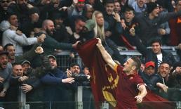 Francesco Totti comemorando gol com torcida em partida contra a Lazio, em Roma. 11/01/2015  REUTERS/Stefano Rellandini