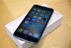 Un Iphone 6S Plus en una tienda de Apple en Palo Alto, California, California, 25 de septiembre de 2015. Foxconn, donde se ensamblan la mayoría de los actuales modelos del iPhone de Apple, reducirá las horas de trabajo durante los feriados por el Año Nuevo Lunar, dijo una persona familiarizada con el asunto, en una inusual decisión que los analistas interpretaron como una señal de menor demanda. REUTERS/Robert Galbraith