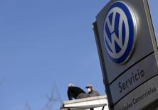 El director de la marca Volkswagen AG ha dicho que confía en que la automotriz alemana llegue a un acuerdo con los reguladores estadounidenses para asegurar que casi 500.000 vehículos diésel cumplan con las leyes de emisiones. En la imagen se ve a trabajadores de Volkswagen en un concesionario en Madrid el 16 de diciembre de 2015. REUTERS/Sergio Pérez