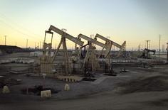 Unidades de bombeo de petróleo extraen crudo cerca de Long Beach, California, 30 de julio de 2013. Los inventarios de petróleo de Estados Unidos cayeron de forma inesperada la semana pasada y los de gasolina subieron a su mayor nivel desde 1993, mientras que los de destilados aumentaron más de lo previsto, mostraron el miércoles datos de la gubernamental Administración de Información de Energía (EIA).  REUTERS/David McNew