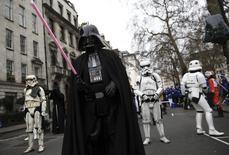 """Participantes fantasiados de personagens da série de filmes """"Star Wars"""" durante desfile de Ano Novo em Londres. 01/01/2016 REUTERS/Neil Hall"""