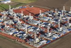 Plataformas petroleras en el estado de Dakota del Norte en Estados Unidos. 26 de junio 2015.  El crudo se hundió un 6 por ciento el miércoles, por debajo de 35 dólares el barril por vez primera desde 2004, ya que datos que mostraron una sorpresiva acumulación de suministros de gasolina en Estados Unidos generaron temor a que el superávit mundial siga creciendo. REUTERS/Andrew Cullen -
