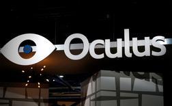 Oculus, filiale de Facebook, a annoncé que le prix de vente du Rift, son casque de réalité virtuelle destiné au grand public, avait été fixé à 599 dollars. Le Rift sera disponible à compter du 28 mars dans 20 pays, de l'Australie au Canada en passant par le Japon, la France et bien sûr les Etats-Unis. /Photo prise le 6 janvier 2015/REUTERS/Rick Wilking