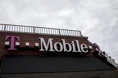Deutsche Telekom fait face à une pression croissante venant du monde politique et des investisseurs sur les conditions de travail des employés de sa branche américaine T-Mobile US. /Photo prise le 4 juin 2015/REUTERS/Brendan McDermid