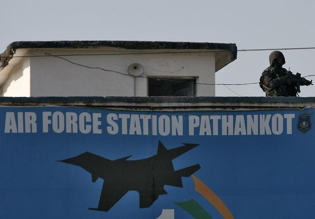 An Indian security personnel stands guard on a building at the Indian Air Force (IAF) base at Pathankot in Punjab, India, January 5, 2016.  REUTERS/Mukesh Gupta