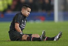 Philippe Coutinho, do Liverpool, após sofrer lesão em partida contra o Stoke City. 05/01/2016 Action Images via Reuters/Carl Recine