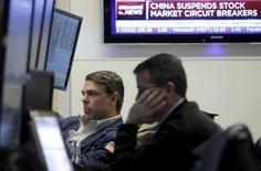 Las acciones estadounidenses caían el jueves, pero lejos de sus mínimos de sesión, mientras la volatilidad de los mercados en China y el persistente hundimiento de los precios del petróleo inquietaban a los inversores, ya tensos por el agitado comienzo de año. En la imagen, varios brockers trabajan en el salón principal de la Bolsa de Nueva York, poco después de la apertura de la sesión, el 7 de eneo de 2016. EUTERS/Brendan McDermid