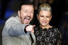El actor Ricky Gervais y su mujer Jane Fallon llegan a un estreno en Londres. Con champaña gratis y bromas punzantes que aún no fueron hechas pero que ya tienen disculpas, los premios Globos de Oro del domingo prometen una noche tumultuosa con los rostros más reconocidos de Hollywood y una carrera sin favoritos claros para mantener a los espectadores en suspenso. REUTERS/Luke MacGregor/