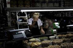 La inflación de Brasil cerró el 2015 en su máximo nivel en más de 12 años, superando el 10 por ciento, incumpliendo ampliamente la meta oficial y alentando las expectativas de inminentes alzas en los tipos de interés, en momentos en que la principal economía de América Latina afronta una profunda recesión. En la imagen, un vendedor en un mercado municipal en Sao Paulo, el 7 de enero de 2016. REUTERS/Nacho Doce