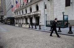 La Bourse de New York a ouvert en hausse vendredi, portée par le rebond des marchés chinois et des cours du pétrole ainsi que par la croissance plus forte que prévu de l'emploi aux Etats-Unis. L'indice Dow Jones reprend 0,46% à 16.590,05 points dans les premiers échanges. Le Standard & Poor's 500, plus large, progresse de 0,53% et le Nasdaq Composite avance de 1,01%. /Photo prise le 7 janvier 2016/REUTERS/Brendan McDermid