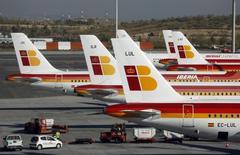 El grupo de aerolíneas IAG dijo el jueves que el coeficiente de ocupación de pasajeros en sus vuelos en diciembre empeoró en 1,1 puntos porcentuales respecto al mismo mes de 2015, hasta un 78,6 por ciento. En la imagen, aviones de pasajeros de Iberia en la Terminal 4 del aeropuerto de Barajas el 18 de octubre de 2013. REUTERS/Sergio Perez