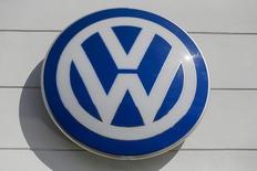 El logo de la automotora alemana Volkswagen, visto en una de sus concesionarias en Nueva York, 21 de septiembre de 2015. Volkswagen registró en 2015 la primera caída anual en 11 años en las ventas de su división central de automóviles, como consecuencia de una debilitada demanda desde China y Estados Unidos y por el impacto de un escándalo vinculado a un manejo desleal en las pruebas de emisiones de sus modelos diésel. REUTERS/Shannon Stapleton