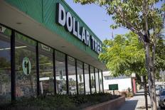 Le distributeur à bas coûts Dollar Tree annonce vendredi le départ Howard Levine, directeur général de sa nouvelle filiale Family Dollar, qui quitte le groupe après avoir mené à bien l'intégration des deux sociétés. Il sera remplacé par Gary Philbin. /Photo prise le 31 août 2015/REUTERS/Mario Anzuoni