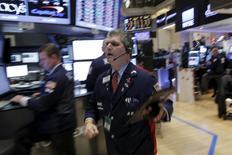 Operadores trabajando en la Bolsa de Nueva York. 7 de eneero de 2016. Los rendimientos de los bonos del Tesoro de Estados Unidos presentaban pocos cambios el viernes, después de que un alza inicial tras conocerse que el empleo creció en diciembre se vio opacada por la ausencia de mejoras en los salarios, al tiempo que la continua búsqueda de refugio limitó la subida de los retornos. REUTERS/Brendan McDermid