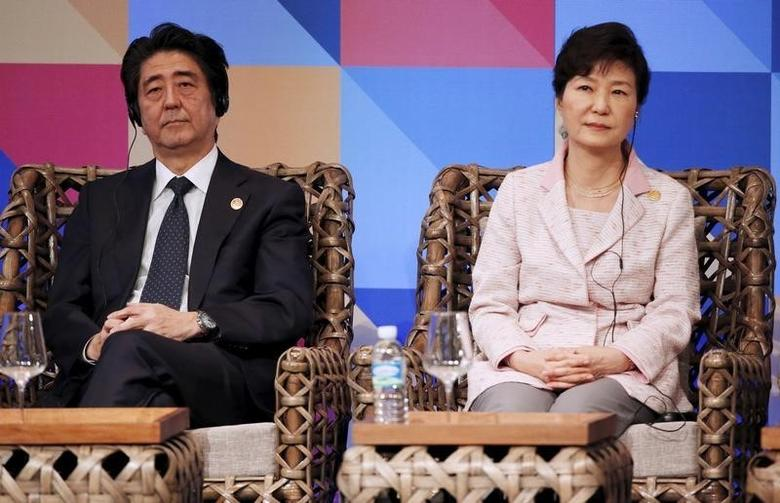 Japanese Prime Minister Shinzo Abe and South Korean President Park Geun-hye listen during the APEC Business Advisory Council (ABAC) dialogue at the Asia-Pacific Economic Cooperation (APEC) summit in Manila, Philippines November 18, 2015.  REUTERS/Wally Santana/Pool
