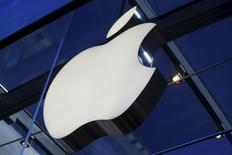 El logo de Apple, visto en el interior de una de sus tiendas en Palo Alto, California. 13 de noviembre de 2015.Apple Inc perdió unos 50.000 millones de dólares de su valor de mercado en los primeros cuatro días del año, pero las corredurías de Wall Street siguen confiando en que las acciones del fabricante del iPhone se recuperarán. REUTERS/Stephen Lam