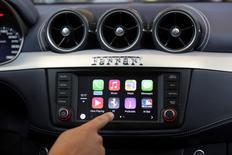En la foto de archivo, el programa de CarPlay en un coche en una prresentación en San Francisco, California, el 2 de junio de 2014. Apple ha registrado nombres de dominio relacionados con automóviles, añadiendo más especulación sobre los planes de la compañía de desarrollar este tipo de vehículos. REUTERS/Robert Galbraith