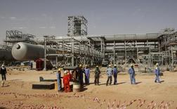 Arabia Saudí está considerando vender acciones en emprendimientos de refinación que tiene con petroleras extranjeras, pero no ofrecería participación alguna en las operaciones de exploración y producción de petróleo de la estatal Saudi Aramco, dijeron fuentes familiarizadas con el asunto. En la imagen, varios trabajadores de Aramco realizan un descanso en el campo petrolífero de Khurais a unos 160 km de Riyadh, el 23 de junio de 2008. REUTERS/Ali Jarekji