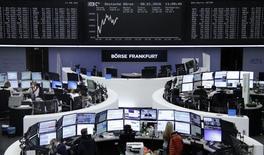 Las bolsas europeas bajaban el lunes hacia su menor nivel en más de tres meses por las crecientes dudas sobre la capacidad de Pekín para gestionar la segunda mayor economía del país. En la imagen, unos operadores en la Bolsa de Fráncfort, el 8 de enero de 2016. REUTERS/Remote
