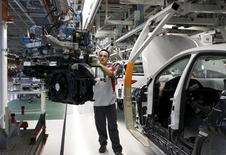 Según datos del INE suministrados el lunes, la producción industrial aumentó un 4,2 por ciento interanual en términos desestacionalizados en noviembre, frente al 3,8 por ciento que esperaban de media los economistas consultados por Reuters. En la imagen de archivo, se ve a un trabajador de Seat en la planta de Martorell, Barcelona, el 5 de diciembre de 2014. REUTERS/Gustau Nacarino