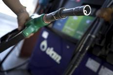 Un empleado sostiene un surtidor en una gasolinera en Bangkok. 5 de enero de 2016. Bank of America Merrill Lynch (BofA) redujo el lunes sus estimaciones de precios del petróleo para este año y el próximo, debido al previsto el exceso global de suministros y a la depreciación de la moneda china. REUTERS/Athit Perawongmetha