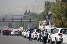 Comboio de veículos da Cruz Vermelha, do Crescente Vermelho e da ONU antes de partir de Damasco para Madaya, Al Foua e Kefraya. 11/01/2016 REUTERS/Omar Sanadiki