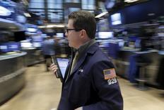 Трейдер на фондовой бирже в Нью-Йорке. 8 января 2016 года. Американский фондовый рынок открылся ростом в понедельник, восстанавливаясь после худшего в истории начала года и на фоне старта сезона корпоративной отчетности. REUTERS/Brendan McDermid