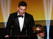 FC Barcelona's Lionel Messi of Argentina holds the World Player of the Year award during the FIFA Ballon d'Or 2015 ceremony in Zurich, Switzerland, January 11, 2016.  REUTERS/Arnd Wiegmann