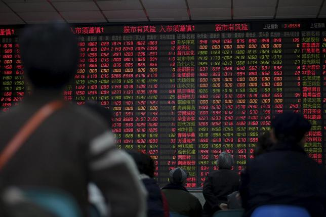 1月12日、甘利経済再生相は、中国株の下落を受けて「中国経済は規模が大きく世界経済への影響は当然ある」と述べ、足元の下げが目立っている中国株もやがて落ち着きを取り戻すと期待していると語った。上海で8日撮影(2016年 ロイター/Aly Song)